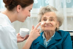 Read more about the article Powikłania skórne w leczeniu onkologicznym – jak im zapobiegać?