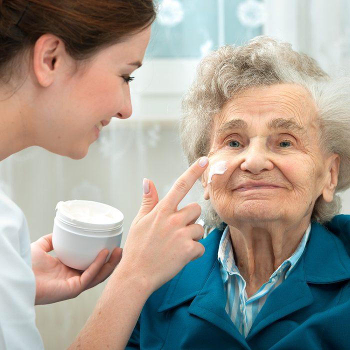 Powikłania skórne w leczeniu onkologicznym – jak im zapobiegać?
